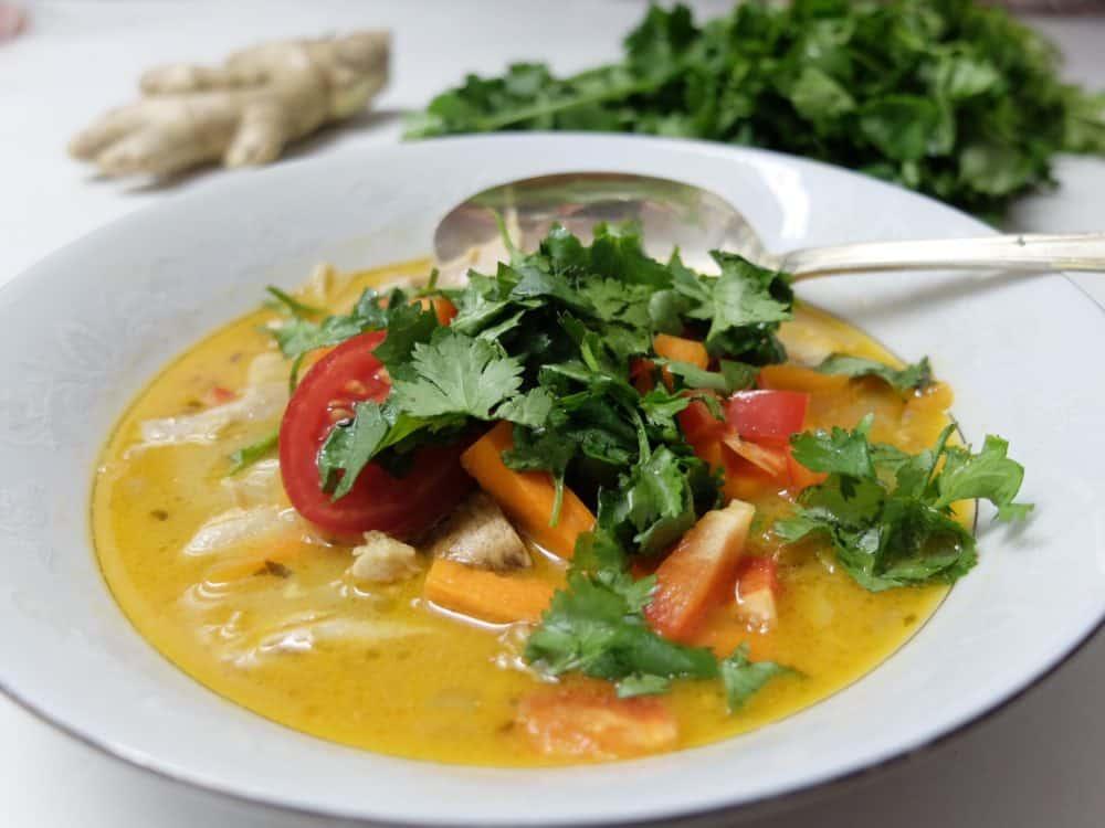 Byg selv kokos-karry-suppe med rå grønsager og krydderurter